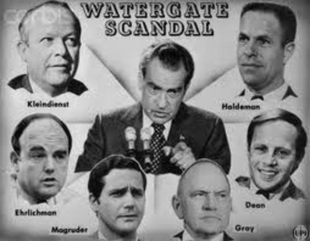 Разоблачение скандала - это всегда дань уважения закону. И Уотергейт достиг особого успеха в создании впечатления, что скандал имел место на самом деле - в этом смысле это была удивительная операция по оболваниванию. Введение огромной дозы политической морали в мировом масштабе.