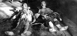 Полицейские с факелами обложили логово Октава Гарнье и Рене Вале. Когда дом был взорван, блюстители закона добили Гарнье контрольным выстрелом в голову  Фото: Hulton Archive/Getty
