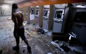 Разбитые банкоматы в Рио-де-Жанейро