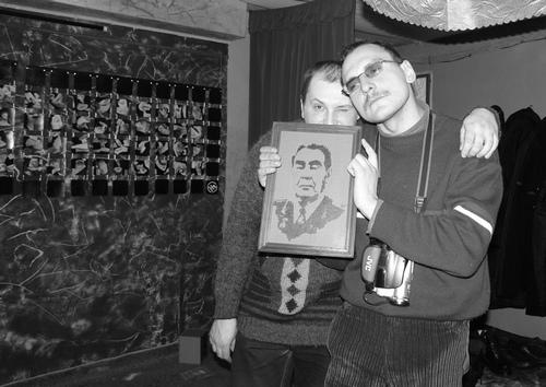 Алан Кулий и отец Павел с портретом Брежнева