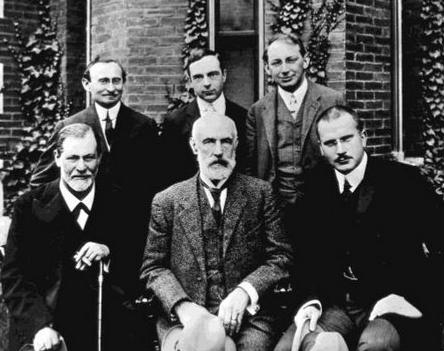 Верхний ряд слева направо: Бриль, Джонс, Ференци Нижний ряд: Фрейд, Холл, Юнг 1909 г.